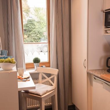 Die Küche bietet genügend Stauraum, alle gängigen elektronischen Geräte sowie genügend Arbeitsfläche zum Kochen und Essen, treu dem Motto: klein aber fein!