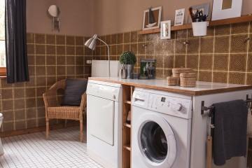 Im Badezimmer befindet sich neben den üblichen Dingen auch eine Waschmaschine sowie ein Wäschetrockner.